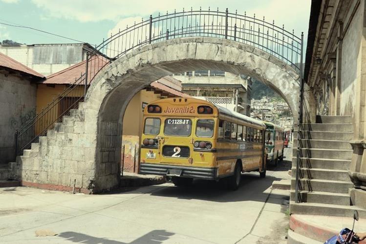 El daño causado por furgones en el Puente de Piedra, construido en 1872, se puede observar en la imagen. La estructura se encuentra en la 6a. calle, zona 1 de Xela. Foto Prensa Libre: María José Longo.