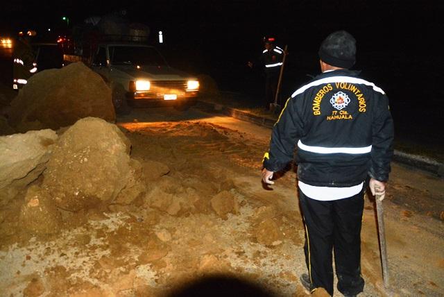 Desde muy temprano, los Bomberos Voluntarios retira la tierra que quedó sobre el asfalto. (Foto Prensa Libre: Édgar René Sáenz)