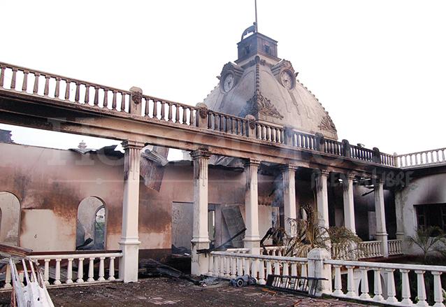Así quedó el segundo piso del edificio de la Gobernación departamental y municipalidad retalteca. (Foto: Hemeroteca PL)