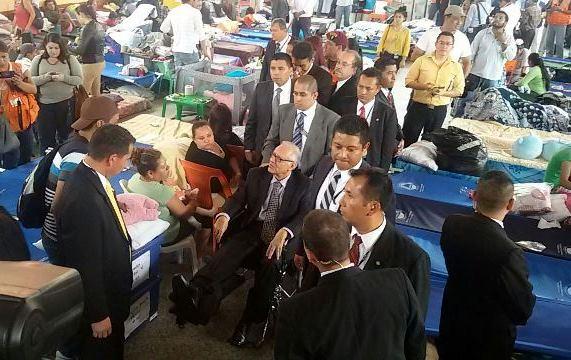 """Maldonado Aguirre visita el albergue municipal ubicado en Santa Catarina Pinula"""". (Foto Prensa Libre: Cortesía Presidencia)"""