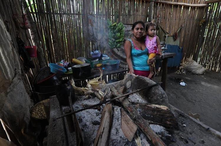 Angelina Caal Rach. de 1 año y seis meses, sufre desnutrició—n. Vive en Lagartos, Panzó—s, Alta Verapaz. En esta comunidad se han localizado más casos de niños con esta enfermedad. Las personas deben caminar varias horas para poder llegar al centro de salud.