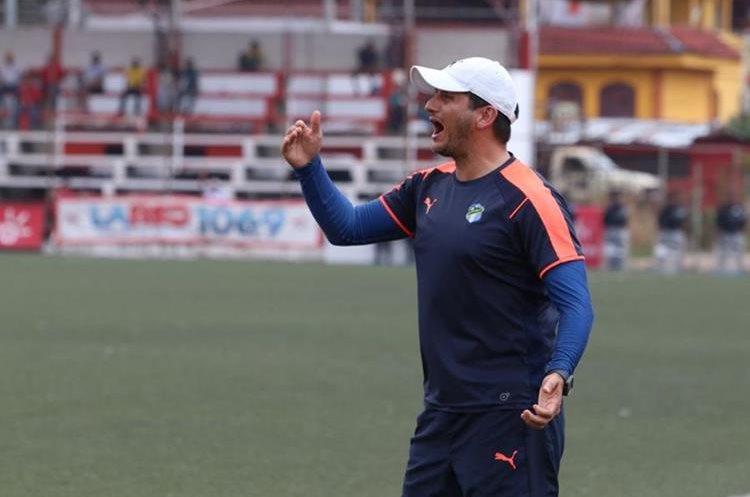 González dirigió su último encuentro con los albos en la cancha del estadio Santa Lucía. (Foto Prensa Libre: Raúl Juárez)