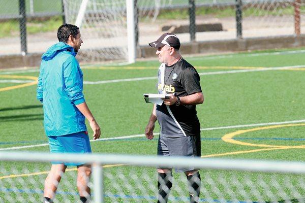 Juan José Paredes, conversa con el técnico Willy Olivera. (Foto Prensa Libre: Norvin Mendoza).