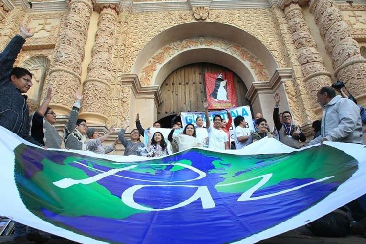 Guatemaltecos se reunieron frente a la iglesia de Santo Domingo en San Cristóbal de las Casas, en una actividad en la que pidieron paz. (Foto Prensa Libre: Esbin García).