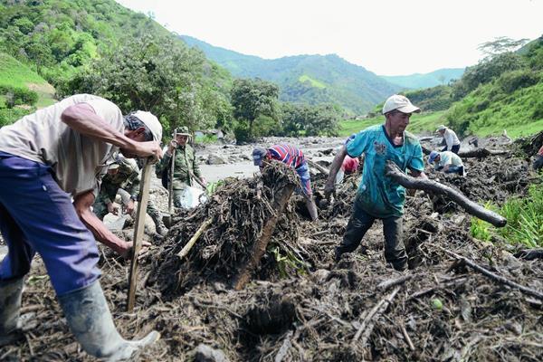 Los residentes buscan sobrevivientes después de la avalancha y en Salgar, en Antioquia,(Foto Prensa Libre:AP