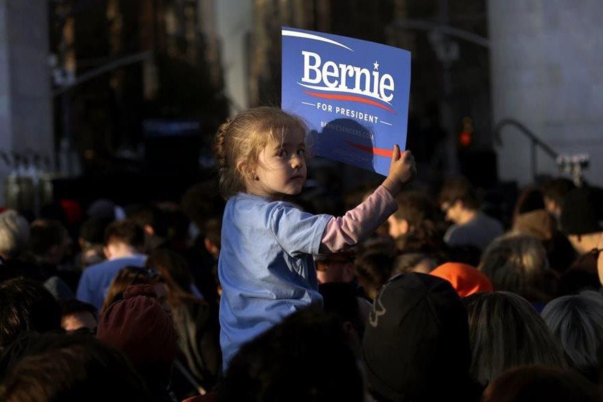 PFX906. NUEVA YORK (NY, EE.UU.), 13/04/2016.- Una niña sostiene un letrero de campaña en favor del precandidato presidencial demócrata Bernie Sanders durante un evento de campaña hoy, miércoles 13 de abril de 2016, en el parque Washington de Nueva York (NY, EE.UU.). Las elecciones primarias de Nueva York se celebrarán el 19 de abril próximo. EFE/Peter Foley