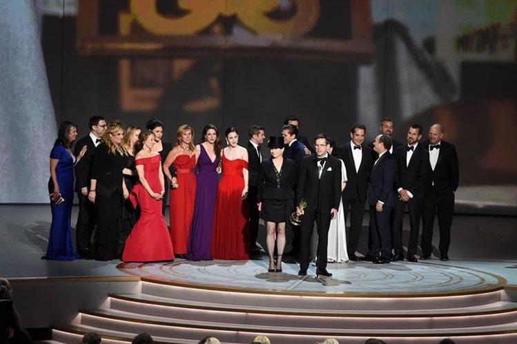 Amy Sherman-Palladino y Daniel Palladino, de The Marvelous Mrs. Maisel, la serie ganadora en los Emmys (Foto Prensa Libre: AFP).