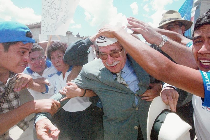 Ríos Montt fue agredido durante un mitin que coincidió con el entierro de víctimas del conflicto armado interno en 2003. (Foto Prensa Libre: Hemeroteca)