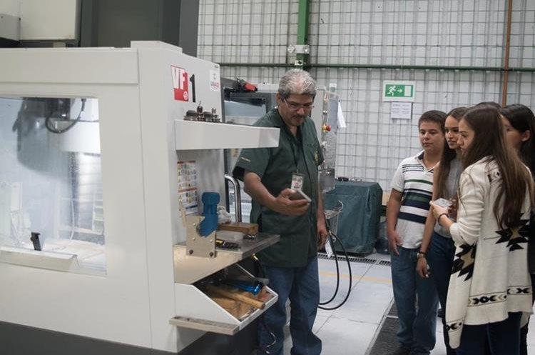 Dany Escobar, mostrando el uso del Centro de Maquinado (Foto Prensa Libre: Cortesía Víctor Ayerdi).