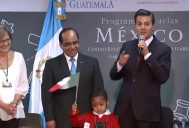 La estudiante guatemalteca ondeó en repetidas ocasiones la pequeña bandera de México que se le entregó.