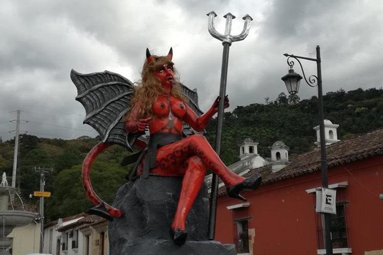 La efigie de una diabla que había sido colocada en el barrio de la Concepción, Antigua Guatemala, fue decomisada por la PNC el sábado último. (Foto Prensa Libre Miguel López)