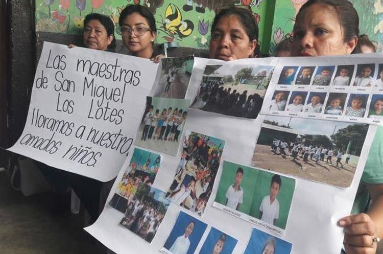 Las maestras de la Escuela Rural de San Miguel Los Lotes viajan por varios albergues y casa donde creen que pueden estar sus alumnos, portan las fotografía de ellos. (Foto, Prensa Libre: Facebook Nely Mayén).