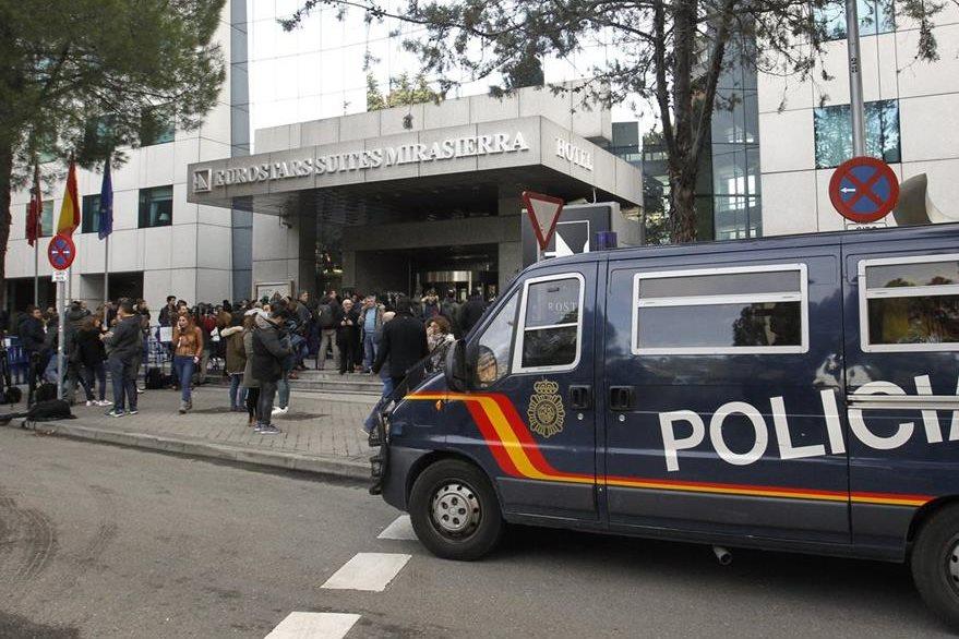 Un furgón policial  frente al Hotel Eurostars Suites Mirasierra (Madrid), en el que se hospeda el exfutbolista argentino Diego Armando Maradona. (Foto Prensa Libre: EFE)