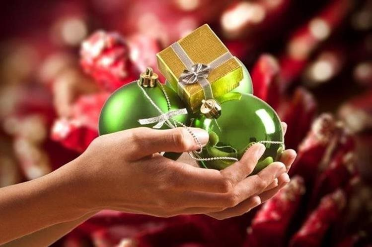 Productos navideños son ofrecidos en algunos comercios. (Foto Prensa Libre: Hemeroteca PL)