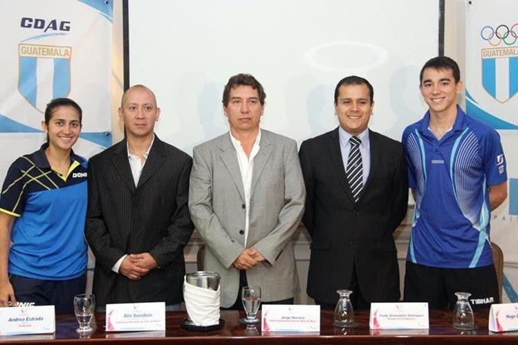 Andrea Estrada, Alin Sanabria, Jorge Herrera, Fredy Almendáriz y Hugo Calderano en la presentación de la Copa. (Foto Prensa Libre: Cortesía CDAG)