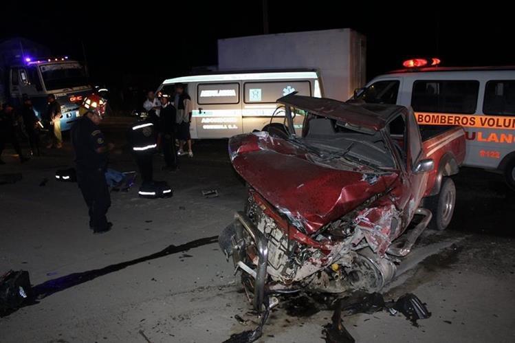 Picop involucrado en accidente de tránsito, en El Tejar, Chimaltenango, queda destruido. (Foto Prensa Libre: Víctor Chamalé)