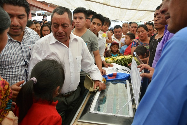 Familiares de Lebni Agustín Yax Yaxón muestran su pesar por la muerte del migrante. (Foto Prensa Libre: Édgar René Sáenz)