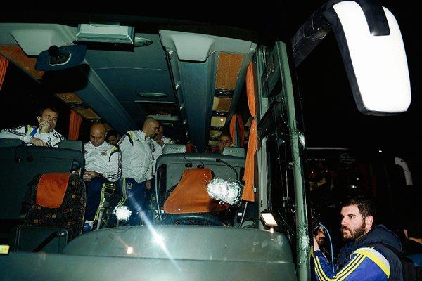 Los jugadores y cuerpo técnico del equipo vivieron momentos de tensión el sábado último. (Foto Prensa Libre: EFE)