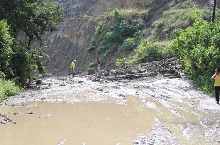 Derrumbe en el kilómetro 80 de la ruta hacia Jalapa. (Foto Prensa Libre: Hugo Oliva)
