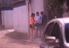 Invitada ingresa a la casa donde se celebró el convivio. (Foto Prensa Libre: Esbin García)