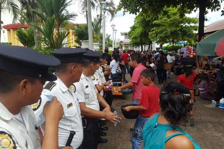 En Retalhuleu también se les brindó un refrigerio a los agentes de la PNC.