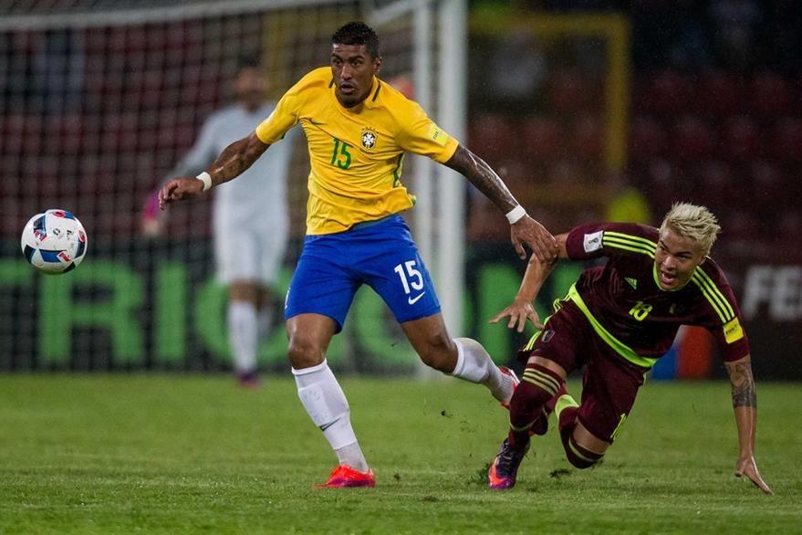 Renato Augusto (amarillo) ante Adalberto Peñaranda (d) de Venezuela durante un partido por las eliminatorias del Mundial de Rusia 2018.