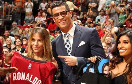 El delantero del Real Madrid recibió una playera de los Heat con su nombre y número.