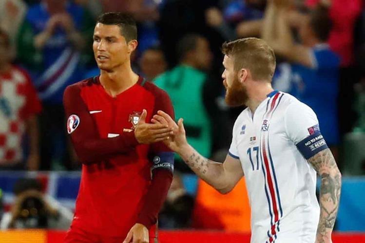 Momento de la conversación entre Cristiano y el capitán de Islandia. (Foto Prensa Libre: Twitter)