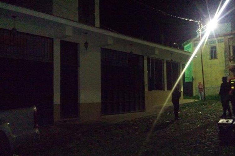 Agentes de la PNC resguardan la vivienda donde se localizaron las cuatro personas muertas. (Foto: Prensa Libre: Cortesía)
