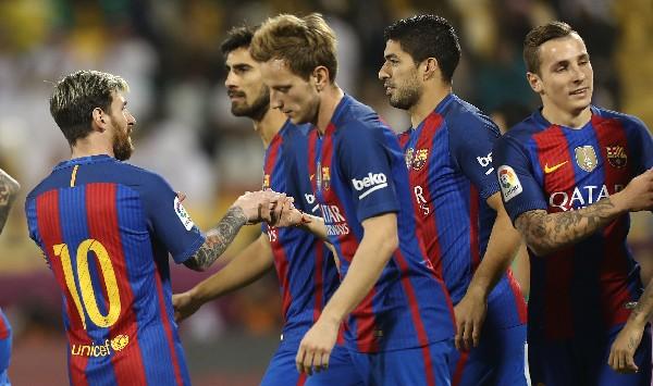 Los jugadores de Barsa celebra con Luis Suárez uno de los goles en el amistoso contra Al-Ahli FC. (Foto Prensa Libre: AFP).