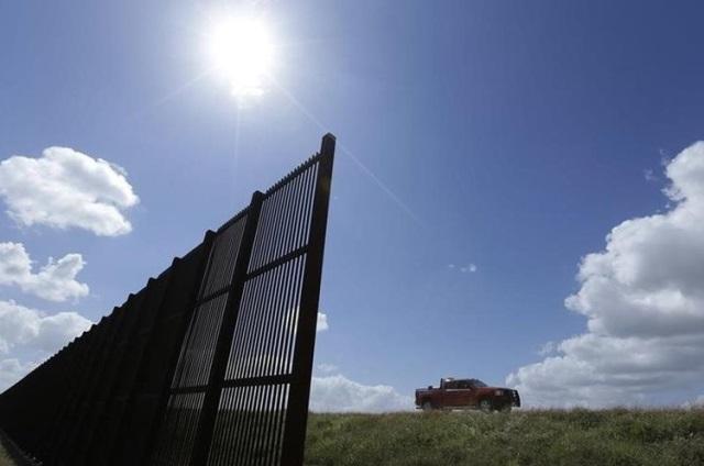 Construcción de muro fronterizo es bien vista por los votantes de Trump. (Foto Prensa Libre: AP)