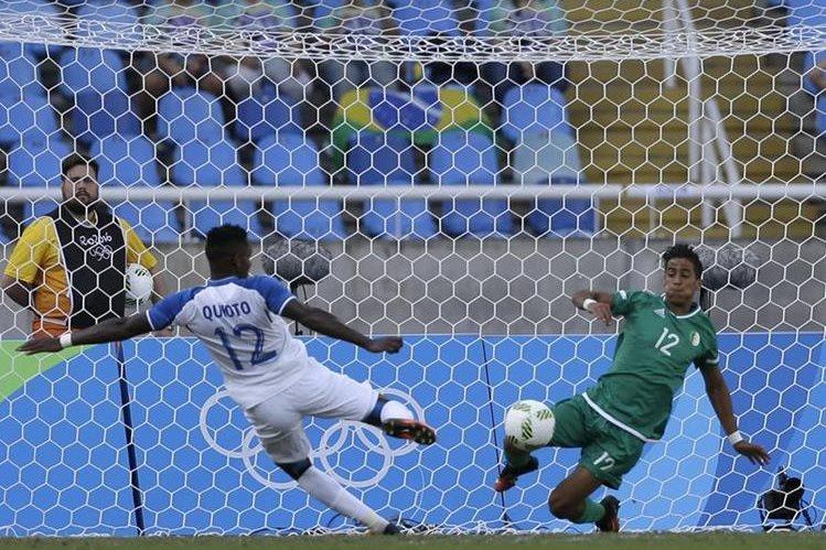 El hondureño Rommell Quioto remata para abrir el marcador contra Algeria que ganaron los catrachos 3-2. (Foto Prensa Libre:AP)