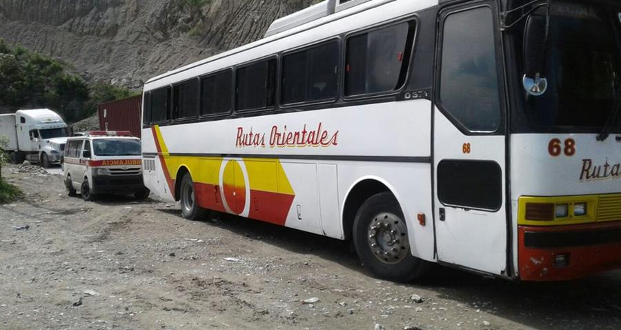 Pasajeros comentaron que la mujer pidió ayuda, ya que no podía respirar. (Foto Prensa Libre: Mario Morales)