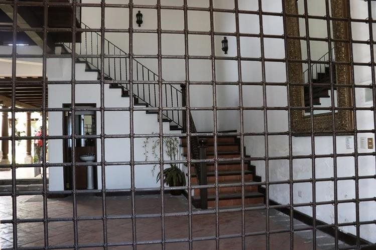 Aunque el MP no permitió el ingreso de la Prensa al inmueble, desde afuera se pudieron ver detalles de la lujosa propiedad. (Foto Prensa Libre: Julio Sicán)
