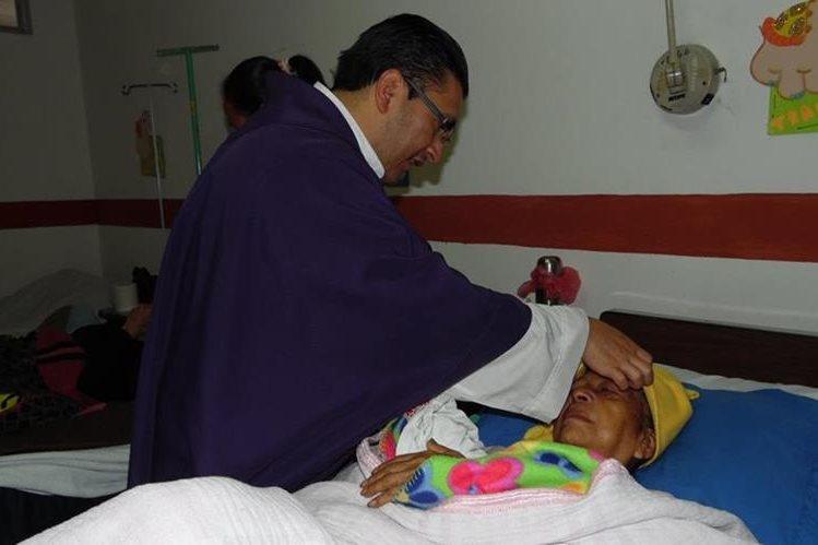 Una paciente del Hospital Nacional de Chimaltenango recibe imposición de la cruz de ceniza. (Foto Prensa Libre: José Rosales)