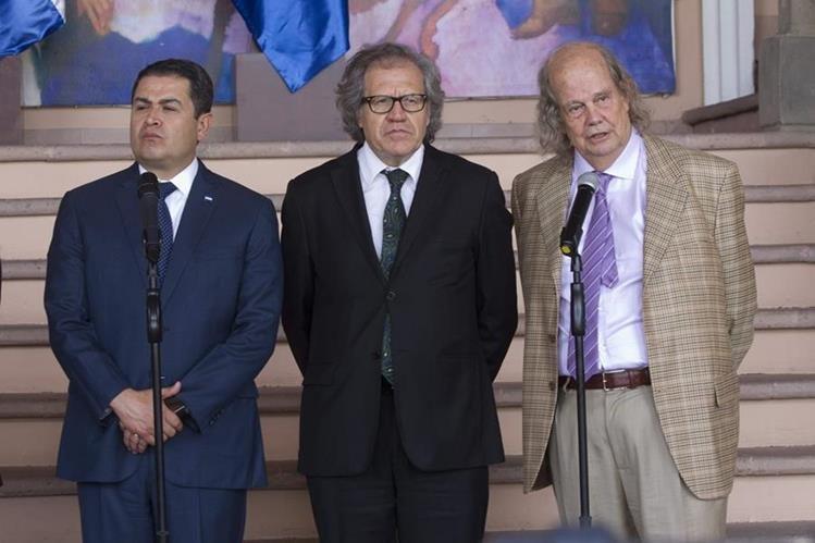 El presidente de Honduras, Juan Orlando Hernández, el secretario general de la OEA, Luis Almagro (centro) y el mediador chileno John Biehl del Río (derecha). (Foto Prensa Libre: EFE)