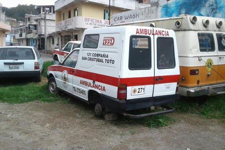Socorristas de San Cristóbal Totonicapán encontraron una de sus ambulancias sin las llantas de atrás el jueves último. (Foto Prensa Libre: Bomberos Voluntarios)