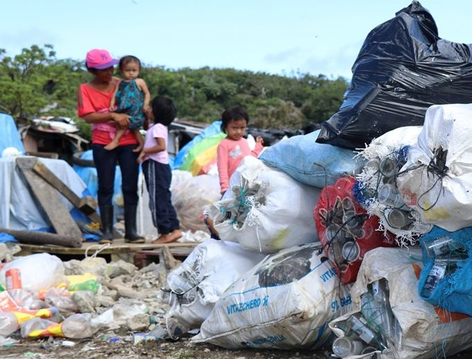 Gloria Méndez en compañía de sus hijos recicla en el basurero de la colonia Alta Mira 4, Chiquimula. (Foto Prensa Libre: Mario Morales)