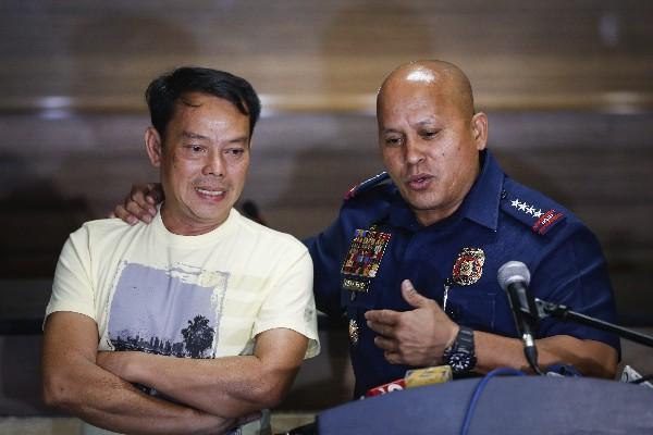 Rolando Espinosa (i), es presentado luego de entregarse al jefe de la Policía. (EFE).