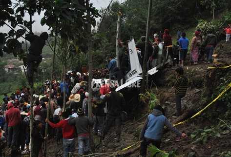 Vecinos observan las labores de rescate. (Foto Prensa Libre): Aroldo Marroquín)