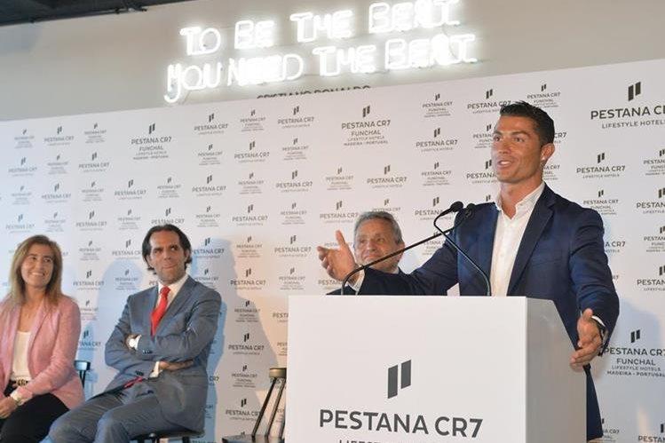 Cristiano Ronaldo durante la inauguración de su hotel Pestana CR7 en Funchal, isla de Madeira. (Foto Prensa Libre: AFP)