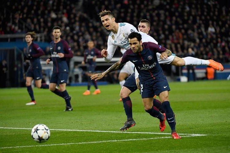Dani Alves y Cristiano Ronaldo tuvieron jugadas rudas y roces durante el partido. (Foto Prensa Libre: AFP)