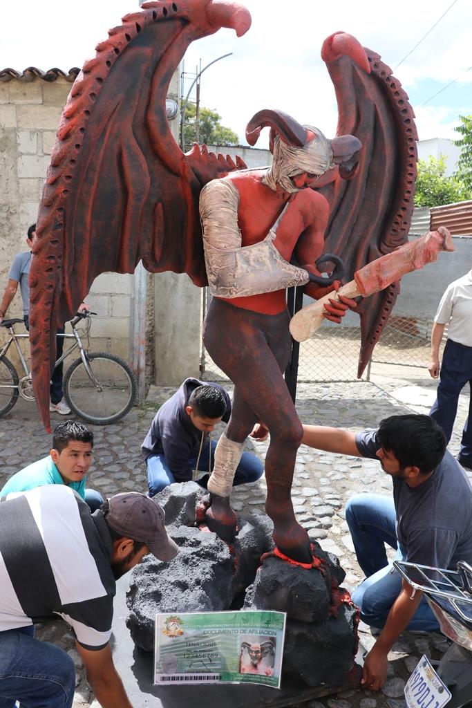 El mensaje de la quema del diablo de este año está dedicado a los políticos. (Foto Prensa Llbre: Renato Melgar)