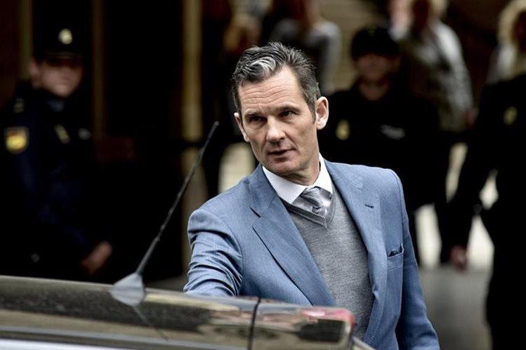 Iñaki Urdangarin abandona la Audiencia de Palma que decidió dejarle en libertad provisional. (EFE).