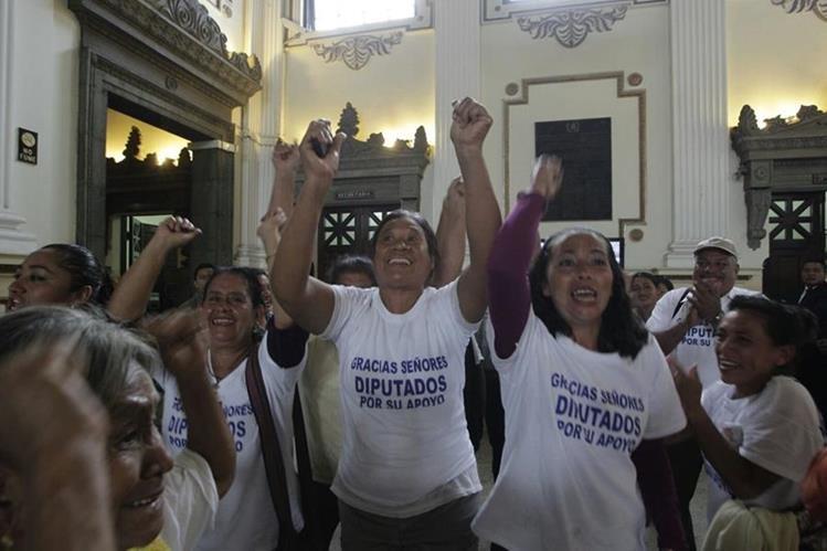 Vecinos de Sipacate, celebran la creación del nuevo municipio en el Congreso de la República. (Foto Prensa Libre: Esbin García)