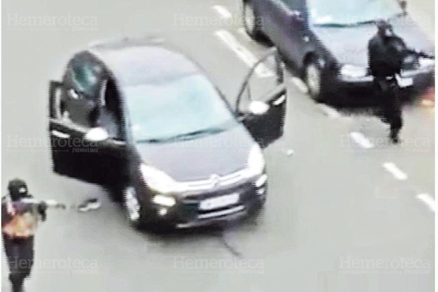 Dos de los terroristas se enfrentan a policías al momento de huir de las instalaciones de la revista Charlie Hebdo, en París, Francia. (Foto: Hemeroteca PL)
