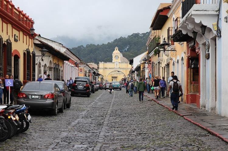 A partir de este fin de semana, la Calle del Arco de Antigua Guatemala será cerrada al tránsito vehicular, para que sea utilizada solo por peatones.  (Foto Prensa Libre: Renato Melgar)