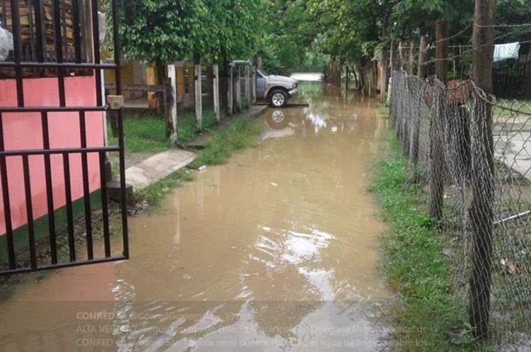 Los ingresos y patios de algunas viviendas de Alta Verapaz están inundados. (Foto Prensa Libre: Cortesía Conred)