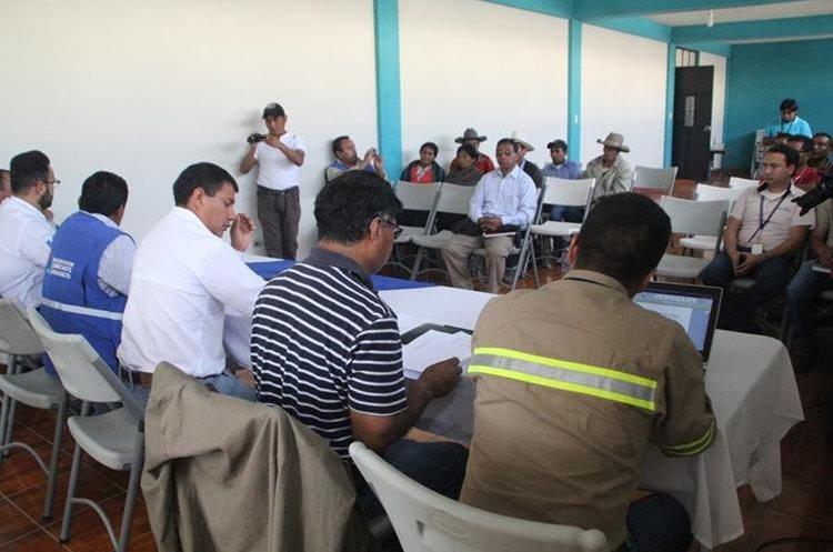 Ex integrantes de Codeca se reúnen con representantes de Energuate en un salón de Gobernación Departamental. (Foto Prensa Libre: Ángel Julajuj)