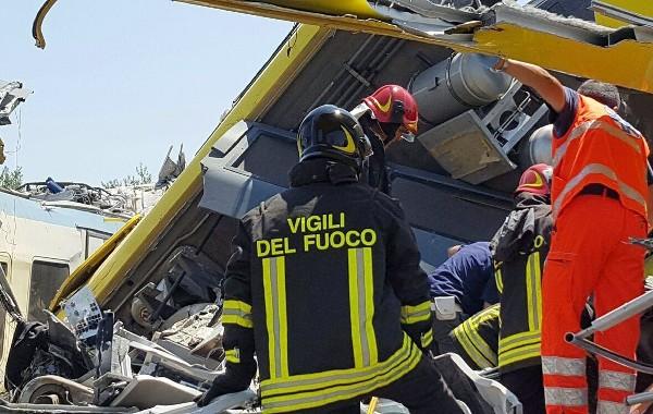 Grupo de bomberos trabajan en  la escena del colisión de dos trenes. (EFE).